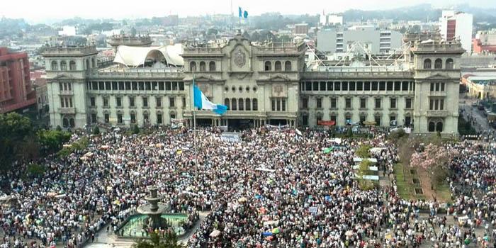 Guatemala: multitudinaria protesta exige renuncia del presidente y vice por casos de corrupción