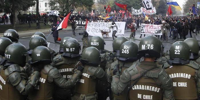 Santiago, 28 de mayo de 2015. Con incidentes comenzó la marcha no autorizada de la ACES en el centro de Santiago. Ramón Monroy/Aton Chile