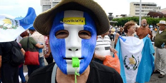 Guatemala: una manifestación más reducida vuelve a exigir la renuncia del presidente Otto Pérez Molina