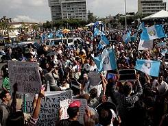 GUA14. CIUDAD DE GUATEMALA (GUATEMALA), 18/7/2015.- Manifestantes protestan contra la corrupciÛn hoy, s·bado 18 de julio de 2015, frente al Palacio Nacional de Ciudad de Guatemala. La sociedad guatemalteca ha tirado hoy de imaginaciÛn y m˙sica para reinventar sus protestas y seguir exigiendo una reforma de la ley electoral que permita acabar con la corrupciÛn en el sistema. EFE/Esteban Biba GUATEMALA PROTESTAS