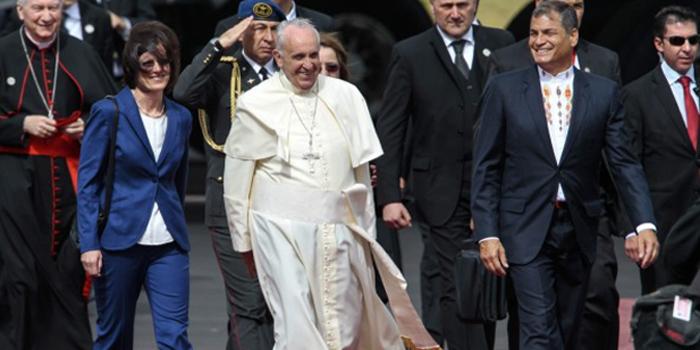 """Ya en Ecuador, el Papa Francisco se compromete a trabajar por """"minorías más vulnerables"""". Reflexiones del presidente Rafael Correa"""