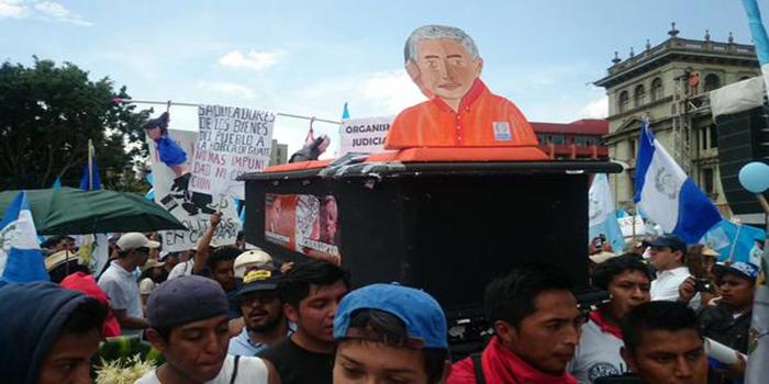 Guatemala: Ciudadanos se movilizan en las calles para exigir la renuncia de Pérez Molina