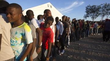 Personas forman una larga fila para votar en las elecciones parlamentarias en Puerto Príncipe, Haití el domingo 9 de agosto de 2015. Los haitianos eligen legisladores al Parlamento tras una larga espera. Han pasado casi ocho meses desde que se disolvió la lesgislatura y casi cuatro años desde que debieron efectuarse las elecciones. (Foto AP/Dieu Nalio Chery)