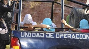 CHILPANCINGO, GUERRERO, 11NOVIEMBRE2015.- Enfrentamiento entre normalistas y policías antimotines del estado, esto sucedió después de algunos jovenes retuvieran y trasladaran a su plantel un pipa de gasolina con capacidad de 64 mil litros,  durante el trayecto Tierras Prietas en el libramiento de cuota adelante del punto conocido como el túnel, fueron interceptados por los uniformados. El enfrentamiento empezó con policías estales,  después fueron reforzados por policía federales, el saldo fue de veinte normalista detenidos, varios lesionados, así como un uniformado que termino con el pie fracturado, finalmente fue recuperada la pipa que trasportaba gasolina.  FOTO: JOSÉ I. HERNÁNDEZ / CUARTOSCURO.COM