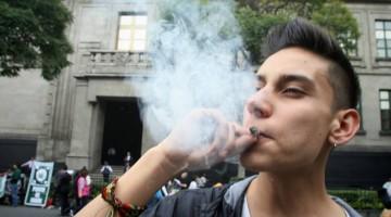 (151028) -- CIUDAD DE MEXICO, octubre 28, 2015 (Xinhua) -- Un joven fuma marihuana mientras miembros de diversas organizaciones participan durante una manifestación en favor de la legalización de la marihuana con fines medicinales y recreativos, frenta a la sede de la Suprema Corte de Justicia de la Nación (SCJN), en la Ciudad de México, capital de México, el 28 de octubre de 2015. De acuerdo con información de la prensa local, la SCJN pospuso una semana la discusión sobre el proyecto del consumo de marihuana con fines lúdicos y recreativos con la finalidad de analizar la propuesta con más detenimiento.  (Xinhua/Jorge Ríos) (jr) (jg) (vf)