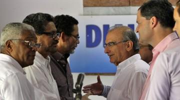 HAB02. LA HABANA (CUBA), 03/12/2014.- El comandante de las Fuerzas Armadas Revolucionarias de Colombia (FARC), Iván Márquez (c-i), y el representante del Gobierno colombiano, Humberto de la Calle (c-d), se saludan al concluir la lectura de una declaración conjunta de ambas partes hoy, miércoles 3 de diciembre de 2014, en La Habana (Cuba). El Gobierno de Colombia y la guerrilla de las FARC dieron por superada la crisis de los diálogos de paz y anunciaron que el próximo ciclo de negociaciones se celebrará en La Habana entre el 10 y el 17 de diciembre. EFE/Alejandro Ernesto
