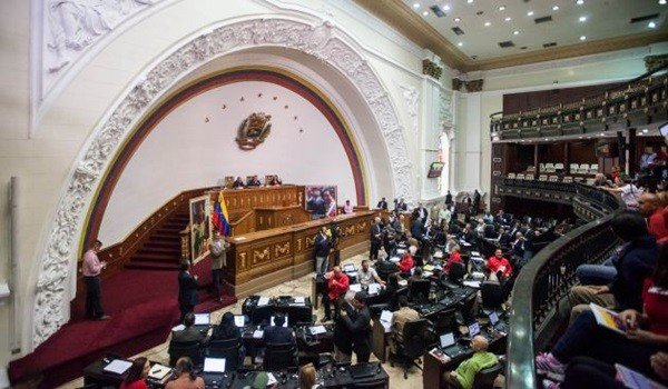 """CAR118. CARACAS (VENEZUELA), 10/12/2015.- El presidente de la Asamblea Nacional (AN) Diosdado Cabello (c), junto al primer vicepresidente de la Asamblea Nacional, Elvis Amoroso (i) y La segunda vicepresidente de la Asamblea Nacional, Tania Díaz (d) participan en una sesión del organismo hoy, jueves 10 de diciembre de 2015, en Caracas (Venezuela). Cabello, reelegido diputado para el próximo período legislativo, que tendrá mayoría opositora a partir del 5 de enero, aseguró en la sesión parlamentaria que la mayoría oficialista, que aún domina el Parlamento venezolano, no caerá en """"chantaje"""" y aprobaran las leyes """"que sean necesarias"""" para """"proteger"""" al pueblo. EFE/MIGUEL GUTIERREZ"""