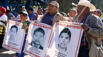 PUEBLA, PUEBLA, 21ENERO2016.- Caravana de padres de los normalistas de Ayotzinapa desaparecidos en Iguala Guerrero, en su paso por la ciudad de Puebla. FOTO: HILDA RÍOS /CUARTOSCURO.COM