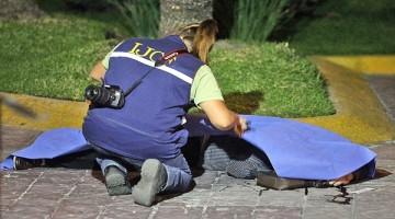 Uno de los asesinaos en Plaza Pabell—n. foto Arturo Campos Cedillo.