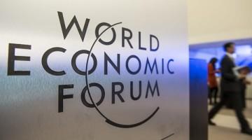 JCB121 DAVOS (SUIZA) 22/01/2014.- Varios participantes toman un descanso en el primer día de la 44 edición del Foro Económico Mundial celebrado en Davos (Suiza) hoy, miércoles 22 de enero de 2014. El Foro Económico Mundial comenzó hoy sumido en los problemas derivados de la reciente crisis financiera y económica global que todavía no se han solucionado.Otro de los asuntos de gran interés será la energía en un momento de grandes desafíos medioambientales como consecuencia de la globalización y el desarrollo de la ciudades. El Foro Económico Mundial, que se celebra desde hoy hasta el 25 de enero, reunirá en la ciudad suiza a unos 40 jefes de Estado y Gobierno y a más de 1.500 líderes empresariales del millar de firmas que forman parte del Foro. EFE/Jean-Christophe Bott