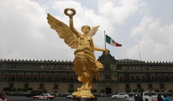 MƒXICO, D.F., 25JULIO2008.- Una replica del Angel de la Independencia, hecha por el escultor Victor Gutierrez, fue colocada en la plancha del Z—calo y ha sido aprovechada por los paseantes para tomarse la foto del recuerdo con unos de los simbolos m‡s representativos de el pa's. FOTO: MOISƒS PABLO/CUARTOSCURO.COM