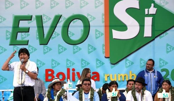 (151219) -- COCHABAMBA, diciembre 19, 2015 (Xinhua) -- El presidente de Bolivia, Evo Morales (i), pronuncia un discurso durante un mitin en el Estadio Félix Capriles, en la ciudad de Cochabamba, Bolivia, el 19 de diciembre de 2015. De acuerdo con información de la prensa local, Evo Morales recibió el sábado el apoyo del pueblo de Cochabamba para su repostulación en el año 2019, con una multitudinaria concentración de empresarios, profesionales, campesinos, cocaleros y obreros que rebasaron la capacidad del estadio Félix Capriles. (Xinhua/Noah Friedman/ABI) (ab) (jp) (vf)