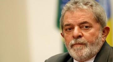 BRA51. SAO PAULO (BRASIL), 07/08/2015.- El expresidente brasileño Luiz Inácio Lula da Silva (c) saluda a los manifestantes que le expresaron su apoyo durante un acto contra el odio y la intolerancia política, realizado hoy, viernes 7 de agosto de 2015, frente a la sede del Instituto Lula, situado en Sao Paulo y que dirige el exmandatario, y que la semana pasada fue atacada con una bomba casera de escaso poder. EFE/SEBASTIAO MOREIRA