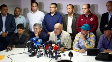 """CAR105- CARACAS (VENEZUELA), 22/12/2015.- El secretario general de la alianza opositora venezolana Mesa de la Unidad Democrática (MUD), Jesús Torrealba (c), habla junto al diputado electo Henry Ramos Allup (2i) y el gobernador del estado Miranda, Henrique Capriles (2d), y otros miembros de la MUD, en una conferencia de prensa hoy, martes 22 de diciembre de 2015, en Caracas. La MUD denunció hoy que está en marcha un supuesto """"golpe judicial"""" pues el Tribunal Supremo de Justicia recibió este martes un recurso introducido por el oficialismo contra la proclamación de 22 diputados electos el pasado 6 de diciembre. EFE/MANAURE QUINTERO"""