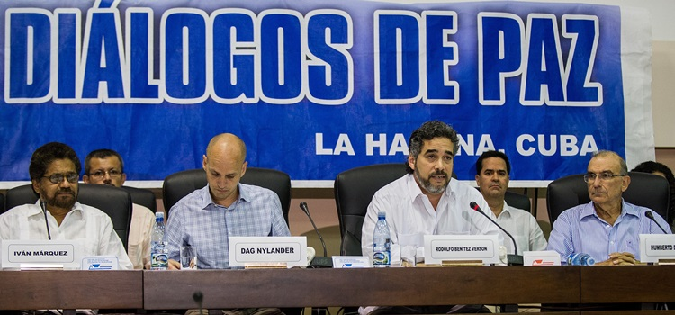 Cuban diplomat Rodolfo Benitez (2nd-R) announces that the Colombian government and the FARC leftist guerrillas have reached an agreement regarding illegal drugs, in Havana, on May 16, 2014. AFP PHOTO/YAMIL LAGE