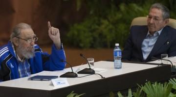 HAB100. LA HABANA (CUBA), 19/04/2016.- El presidente cubano, Raúl Castro (d), escucha a su hermano, Fidel (i), hoy, martes 19 de abril de 2016, durante el VII Congreso del Partido Comunista de Cuba (PCC, único) en La Habana. El partido reeligió hoy a Raúl Castro como el primer secretario de la organización, puesto que ocupa desde 2011, cuando sustituyó en el cargo a su hermano Fidel. EFE/Ismael Francisco/Cubadebate/SOLO USO EDITORIAL/NO VENTAS