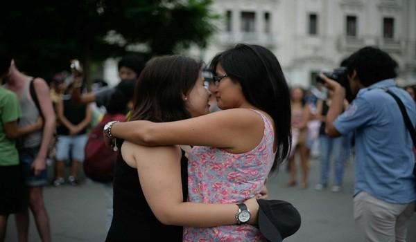 besos-contra-la-homofobia-16