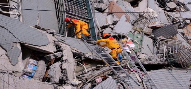 (160206) -- TAINAN, febrero 6, 2016 (Xinhua) -- Rescatistas buscan sobrevivientes en el sitio del sismo en Tainan, Taiwan, en el sureste de China, el 6 de febrero de 2016. Al menos siete personas murieron por el colapso de un edificio residencial. El centro sismológico de la parte continental china estableció la magnitud del terremoto en 6.7 en la escala de Richter. (Xinhua/Zhang Guojun) (rtg)
