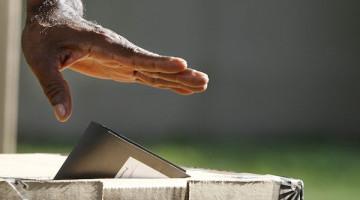 STO08. SANTO DOMINGO (REP⁄BLICA DOMINICANA), 16/05/2010.- Un hombres deposita su voto hoy, domingo 16 de mayo de 2010, en un centro electoral en Santo Domingo (Rep˙blica Dominicana), 6,1 millones de personas pueden participar en estos comicios que buscan elegir 32 senadores, 183 miembros de la C·mara de Diputados, 155 alcaldes y m·s de mil regidores y suplentes. EFE/Orlando BarrÌa