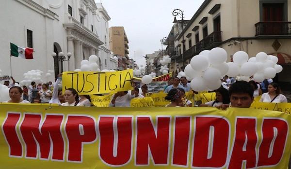 """VERACRUZ, VERACRUZ, 28MARZO16.- La mañana de este lunes decenas de personas se dieron cita en el Asta Bandera para exigir justicia y castigo a los 4 presuntos agresores sexuales  de una menor de edad a quienes se les ha apodado """"Los Porkys"""". La abuela de la víctima fue quien convocó a la marcha que culminó en el Zócalo de la ciudad.  FOTO: ILSE HUESCA /CUARTOSCURO.COM"""