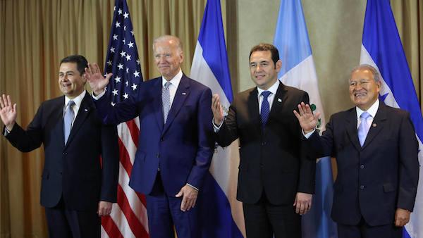 GUA4020. CIUDAD DE GUATEMALA (GUATEMALA), 14/01/2016.- Desde la izquierda, el presidente de Honduras, Juan Orlando Hern·ndez; el vicepresidente de Estados Unidos, Joe Biden; el presidente de Guatemala, Jimmy Morales, y el presidente de El Salvador, Salvador S·nchez CerÈn, durante una reuniÛn previa a la investidura de Morales hoy, jueves 14 de enero de 2016, en Ciudad de Guatemala (Guatemala). Biden realiza una visita al paÌs centroamericano para asistir a la investidura del presidente Jimmy Morales para el perÌodo 2016-2020. EFE/Esteban Biba   GUATEMALA INVESTIDURA