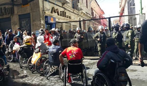 Personas-discapacidad-permanecen-frente-Policia_LRZIMA20160525_0035_3