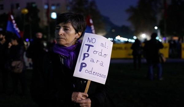 9 de MAYO del 2016/SANTIAGO Esta tarde se realizo una manifestaci—n en la Plaza de la Ciudadania, al frente del Palacio de la Moneda, en donde distintas organizaciones sociales se manifestaron en contra del TTP y ÒChiloŽ est‡ privadoÓ. En la imagen una mujer sostiene un cartel en contra del TTP   FOTO:FRANCISCO FLORES SEGUEL/AGENCIAUNO