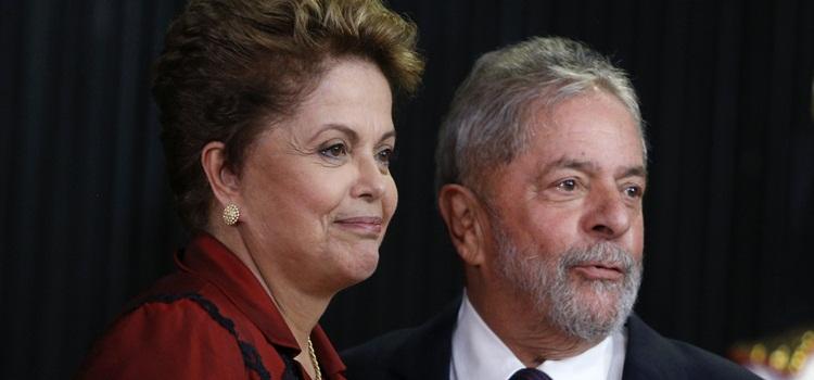 DF - DILMA/DIPLOMAÇÃO - POLÍTICA - A presidente reeleita Dilma Rousseff é cumprimentada pelo ex-presidente Luiz Inácio Lula   da Silva ao ser diplomada para seu segundo mandato, em  solenidade realizada na sede do   Tribunal Superior Eleitoral, em Brasília (DF), nesta  quinta-feira.     18/12/2014 - Foto: DIDA SAMPAIO/ESTADÃO CONTEÚDO