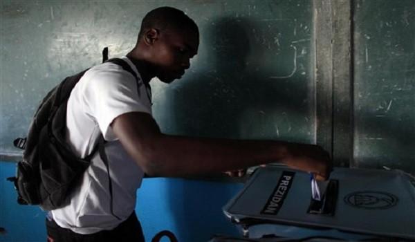 Un hombre arroja su boleta en una urna durante las elecciones nacionales en el suburbio Petion-Ville de Puerto Príncipe, Haiti, el domingo 25 de octubre de 2015. (Foto AP/Ricardo Arduengo)
