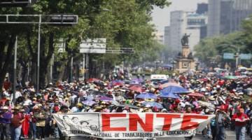MÉXICO, D.F. 10FEBRERO2015.- Cientos de maestros marcharon del Monumento a la Revolución rumbo hacia Los Pinos esto en el marco de la negociaciones con autoridades federales ara el pago de sus salarios retrasados.  FOTO: MOISÉS PABLO /CUARTOSCURO.COM