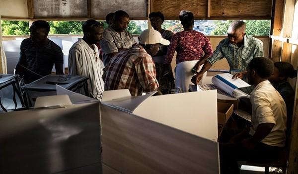 09/08/2015- Delmas-  Haiti,   Os haitianos votam neste domingo para eleger novos legisladores, mais de oito meses após o Parlamento nacional ter sido dissolvido, centenas de eleitores se reuniram na frente de seu centro de votação ( Instituto Palavra Informações) localizado em Delmas, Haiti.