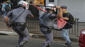 """BRA54. SAO PAULO (BRASIL), 01/06/2015.-Miembros de la Policía intentan dispersar a los manifestantes del Movimiento de los Trabajadores Sin Techo (MTST) hoy, miércoles 01 de junio de 2016, durante una protesta contra el Gobierno del presidente interino Michel Temer y la suspensión del programa de vivienda """"Mi casa Mi vida"""", en Sao Paulo (Brasil). Temer asumió el poder el pasado 12 de mayo después de que Dilma Rousseff fuera suspendida del cargo por el Congreso. EFE/Sebastião Moreira"""