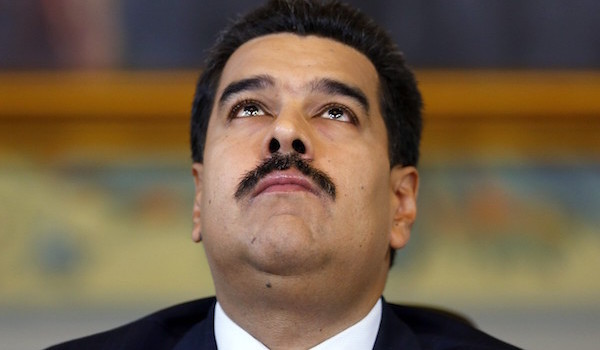 Venezuela's President Nicolas Maduro looks upwards while arriving at a news conference at Miraflores Palace in Caracas October 15, 2014.  REUTERS/Jorge Silva (VENEZUELA - Tags: POLITICS)