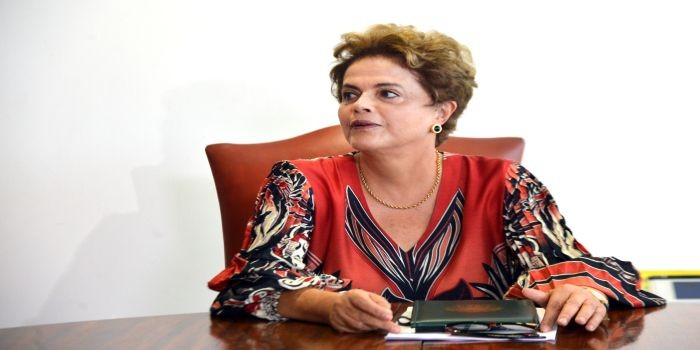 Brasília - Presidenta Dilma Rousseff assina a carta de ratificação do Acordo de Facilitação do Comércio da OMC durante audiência concedida ao embaixador Roberto Azevêdo, Diretor-Geral da Organização Mundial do Comércio-OMC (Antônio Cruz/Agência Brasil)