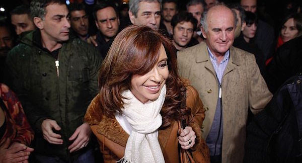 zzzzinte1Former Argentine President Cristina Fernandez de Kirchner (front) arrives at the Jorge Newbery airport in Buenos Aires on July 2, 2016.  / AFP PHOTO / Emiliano Lasalviazzzz