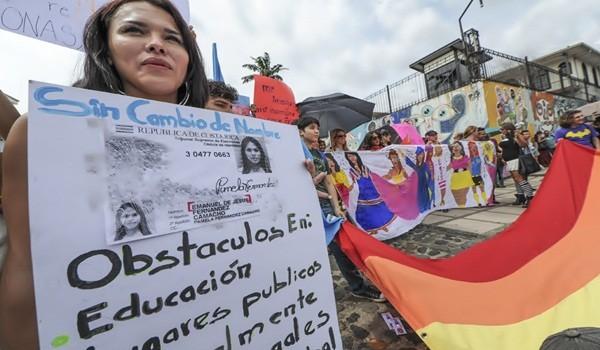 17/5/16. El pulso por los derechos de las personas sexualmente diversas del país tendrá un nuevo capítulo, esta vez en la Corte Interamericana de Derechos Humanos (Corte IDH).El Gobierno anunció este martes que acudirá al órgano internacional para consultar respecto a los derechos de las personas gais, bisexuales y transexuales en Costa Rica. El dia de hoy se reunieron al menos unas 50 personas en el Castillo Azul en la Asamblea Legislativa, a tratar de ser escuchados por los diputados para hacer valer sus derechos. Foto Jorge Castillo