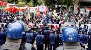 unos-cien-manifestantes-participaron-de-la-lectura-de-la-sentencia-que-se-realizo-en-la-explanada-del-palacio-de-justicia-entre-gritos-durant_970_438_1385693