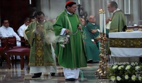 ''Las uniones gay afectan a la sociedad en su conjunto'', dice la Arquidiócesis. En la imagen, misa en Catedral oficiada por el cardenal Norberto Rivera