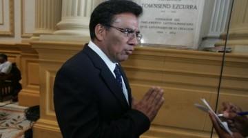 JAVIER VELASQUEZ QUESQUEN, CONGRESISTA DEL PARTIDO APRISTA EN LOS PASILLOS DEL CONGRESO