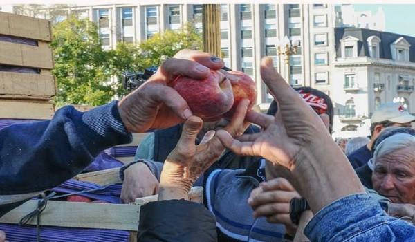 59402_web-23-08-2016-pboductobes-bepabten-manzanas-pza-de-mayo-telam