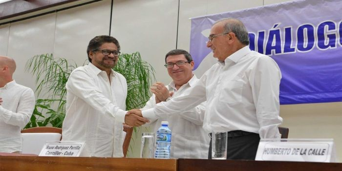 El Jefe del Equipo Negociador del Gobierno Nacional, Humberto de la Calle, e Iván Márquez, jefe negociador de las Farc, intercambian saludos hoy en La Habana con ocasión de la firma del Acurdo Final.