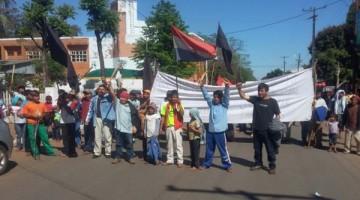 campesinos-y-nativos-se-manifestaron-ayer-por-las-avenidas-principales-de-la-ciudad-de-caaguazu-exigieron-la-renuncia-de-cartes-ministros-de_871_573_1397957