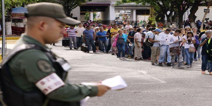 COL01. SAN ANTONIO (VENEZUELA), 13/08/2016.- Venezolanos hacen fila para salir por el puente internacional Simón Bolívar, frontera entre Colombia y Venezuela, hoy sábado 13 de agosto de 2016, en San Antonio (Venezuela). Alrededor de 20.000 ciudadanos de Venezuela ingresaron hoy a Colombia durante las primeras cinco horas en las que permaneció abierta la frontera entre ambos países que llevaba casi un año cerrada, informaron fuentes oficiales. EFE/MAURICIO DUEÑAS CASTAÑEDA       COLOMBIA VENEZUELA