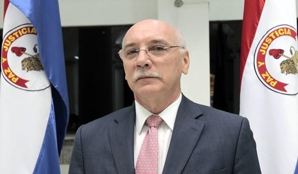 """ASU02. ASUNCIÓN (PARAGUAY), 20/08/2013.- El ministro de Asuntos Exteriores de Paraguay, Eladio Loizaga, participa hoy, martes 20 de agosto de 2013, en una rueda de prensa en Asunción (Paraguay). Loizaga confirmó que el presidente paraguayo, Horacio Cartes, asistirá a la cumbre de la Unasur a fines de agosto en Surinam. """"Ya estamos mirando para adelante y (la cumbre) es una oportunidad de retomar totalmente la participación de nuestro país en estos fotos multilaterales regionales y subregionales con una agenda bien clara"""", agregó. EFE/Andrés Cristaldo"""