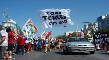 Protesto Fora Temer em frente ao Copacabana Palace, em Copacabana, Zona Sul do Rio de Janeiro (RJ), na manhã desta sexta-feira (5).                           Alessandro Buzas/Futura Press