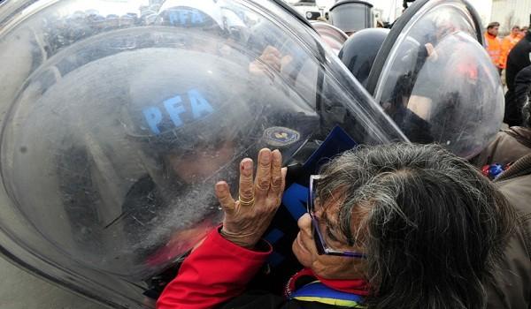 Buenos Aires: Un grupo de mafiestantes jubilados del Movimiento Independiente de Jubilados y Desocupados (MIJD) que responden a la Corriente Clasista Combativa (CCC, fueron violentamente desalojados por efectivos de la Policía Federal Argentina (PFA) y de Prefectura Naval, cuando realizaban una protesta sobre el Puente Pueyrredón. Foto: Paula Ribas