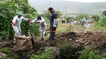 En la búsqueda de desaparecidos, autoridades proponen la construcción en todo el país de panteones especializados para sepultar restos no identificados y almacenar en bases de datos la información genética. En la imagen, fosa clandestina localizada en Taxco, Guerrero