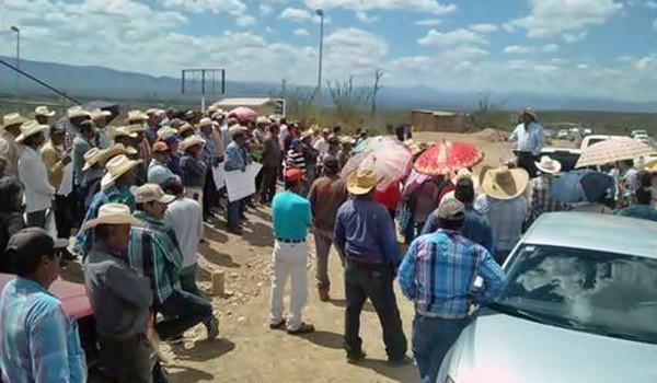 Campesinos del municipio de Mazapil, Zacatecas, durante la protesta que realizaron ayer frente al acceso principal de la mina Peñasquito, filial de la canadiense Goldcorp