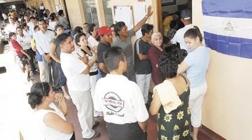 Ciudadanos hacen fila para ejercer su derecho al voto en una escuela de  Managua el 5 de noviembre, 2006.   LA PRENSA/GERMAN MIRANDA