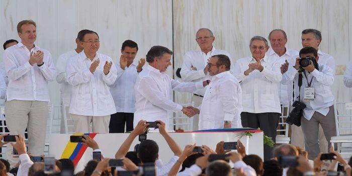 Apretón de manos del Presidente Santos y Rodrigo Londoño, jefe de las Farc, tras la firma del histórico Acuerdo Final de Paz en Cartagena.